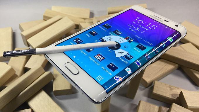 Das Samsung Galaxy Note Edge hat an der rechten Seite ein gebogenes Display.