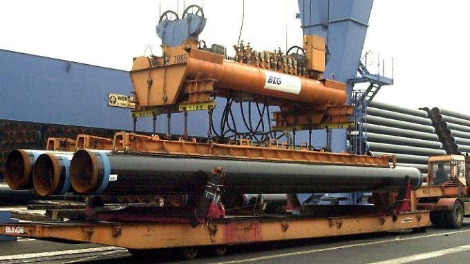 Rohre der Salzgitter AG werden im Hafen von Bremen verladen.