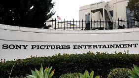 Die Computer bei Sony Pictures sind noch nicht wieder in Betrieb - stattdessen wird mit Papier und Stift gearbeitet.