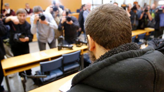 """Ist er ein """"Schläfer"""" oder einfach ein fehlgeleiteter Jugendlicher, der auf die Terrormiliz IS reinfiel? Kreshnik B. vor Gericht."""