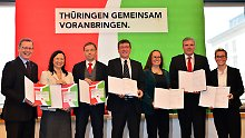Bodo Ramelow (Linke), Anja Siegesmund (Grüne), Matthias Hey (SPD), Dieter Lauinger (Grüne), Stephanie Erben (Grüne), Andreas Bausewein (SPD) und Susanne Hennig-Wellsow (Linke) präsentieren ihren Koalitionsvertrag (von links nach rechts).