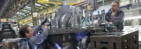 Spezialisten arbeiten im Hamburger MAN-Werk an dem Gehäuse einer Dampfturbine.