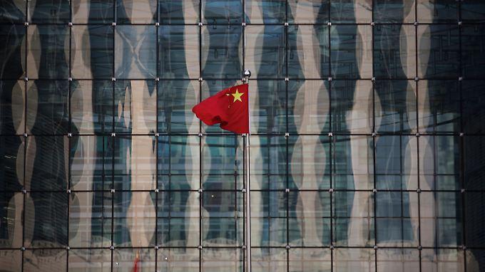 Eine chinesische Nationalflagge weht vor dem Gebäude der Notenbank in Peking.