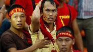 Blut in Schuh? Nein, im Gesicht. Ein vietnamesicher Fußballfan beim Suzuki Cup in Kuala Lumpur. Es gab eine Prügelei mit Zuschauern aus Malaysia.