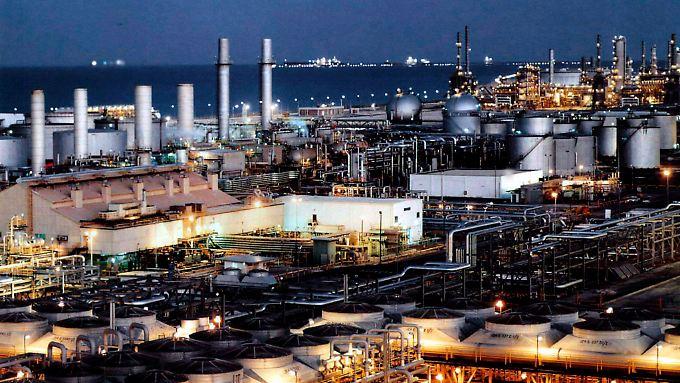 Die Haupteinnahmequelle Riads sprudelt noch - nur ist das Öl weniger wert.