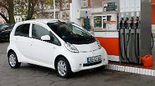 Fehl am Platze: Gäbe es so viele Ladesäulen wie Tankstellen, wären E-Autos gewiss attraktiver.