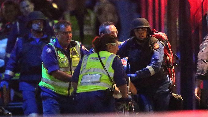 Mehrere Gefangene können fliehen: Bewaffneter Mann mit Allah-Fahne nimmt Geiseln in Sydney