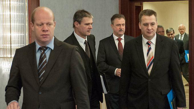 Claus Weselsky (3. v.r.) und Gewerkschaftsvertreter auf dem Weg zu den Verhandlungen.