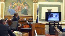 Staatsanwältin Jennifer Clark (Mitte) zeigt noch einmal Bilder aus der Tatnacht.