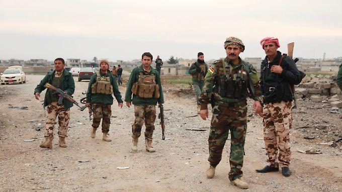 Peschmerga-Kämpfer haben dir Belagerung in den Sindschar-Bergen durchbrochen. Dieses Bild entstand am Donnerstag bei einer Patrouille in Zumar (Niniveh).
