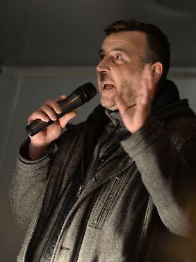 """Christliches Liedgut gegen Asylsuchende: Versammlungsleiter Lutz Bachmann spricht in Dresden zu den Anhängern des """"Pegida""""-Bündnisses."""