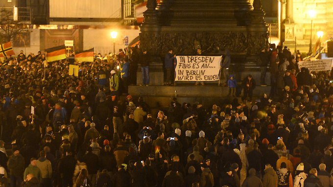 Bei der Pegida-Demo in Dresden demonstrierten an diesem Montag laut Polizei 17.500 Menschen.