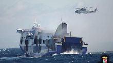 Der Wellengang erschwert die Bergungsarbeiten, wie dieses Bild der italienischen Marine zeigt.