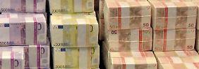 Kopfkissen statt Bank: Deutsche horten ein Vermögen