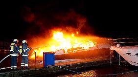 Einer von vielen Feuerwehr-Einsätzen in der Silvesternacht: In Hamburg brennt  in einem Hafen an der Dove-Elbe eine Jacht.