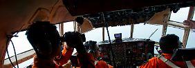 """Per Schiff, mit Hubschraubern und mit Flugzeugen: Hier im Bild hält die Besatzung einer indonesischen C-130 """"Hercules"""" Ausschau nach Trümmern des abgestürzten Air-Asia-Airbus'."""