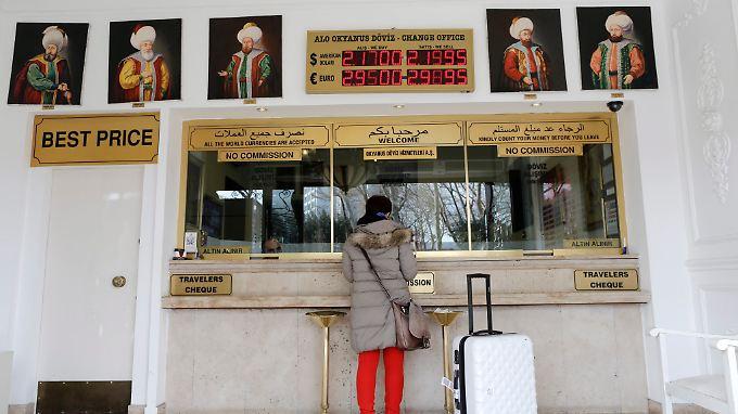 In der Türkei steuert die Währung auf ein Rekordtief. Der Ansturm auf die Wechselstuben ist groß.
