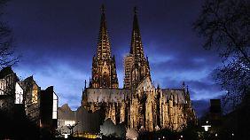 Kölner Dom aus Protest ohne Licht: Islamfeindliche Pegida-Bewegung hält neue Kundgebungen ab