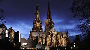 Kölner Dom aus Protest ohne Licht: Pegida-Bewegung zieht durch Dresden, Berlin und Köln