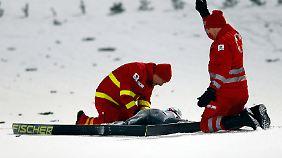 Sofort nach dem schweren Sturz kümmerten sich Sanitäter um den bewusstlosen Ammann.