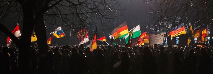 Mit deutschen, sächsischen und russischen Fahnen kämpft Pegida gegen den Islamismus - oder doch gegen den Islam?