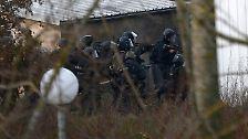 Spezialeinheiten stürmen das Gebäude und stellen die Terroristen.