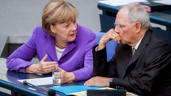 Muss die deutsche Bundesregierung - hier Kanzlerin Merkel mit Finanzminister Schäuble - bald Milliarden an Griechenland zurückzahlen?