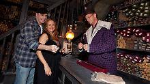 Travolta und Preston_spielen mit einem Harry-Potter-Zauberstab in Orlando.
