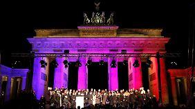 """Bei der Mahnwache für ein """"weltoffenes und tolerantes Deutschland und für Meinungs- und Religionsfreiheit"""" am Brandenburger Tor in Berlin."""