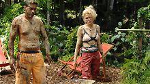 Sara Kulka und Aurelio Savina sichtlich ermattet im Dschungel.