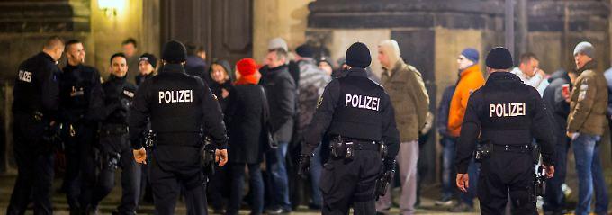 Trotz Demo-Vebrots mit einem Großaufgebot im Einsatz: Polizeibeamte halten die Dresdner Innenstadt im Auge.