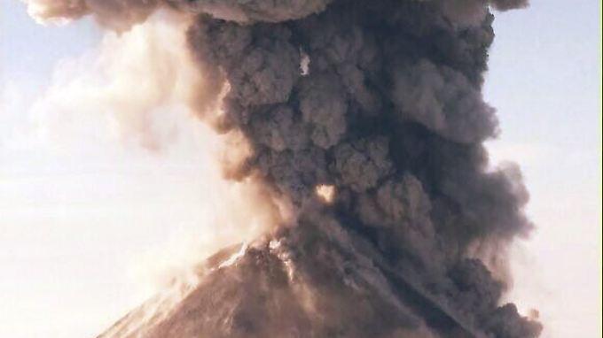 Der Beginn der Eruption im Bild: Eine Überwachungskamera hält fest, wie die Spitze des 3860 Meter hohen Berges explodiert.