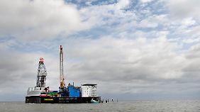"""Auf der deutschen Ölbohrplattform """"Mittelplate"""" werden jährlich rund 1,3 Millionen Tonnen Öl gefördert."""