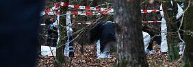 Kriminaltechniker sichern in dem Waldstück Spuren.