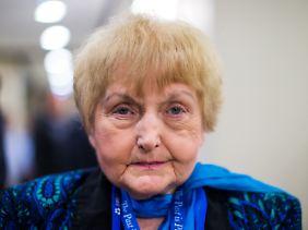 Als Eva Mozes Kor Auschwitz in den 80er Jahren besuchte, war sie entsetzt, wie grau alles im sozialistischen Polen war. Damals beschloss sie, vor allem knallige Farben zu tragen.