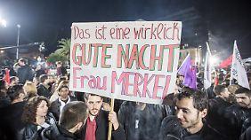 Syriza-Anhänger haben in der Wahlnacht in Athen eine Botschaft für die Bundeskanzlerin.