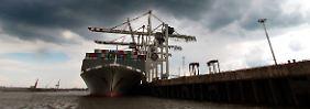 Containerschiff zur Löschung der Ladung im Hamburger Hafen.