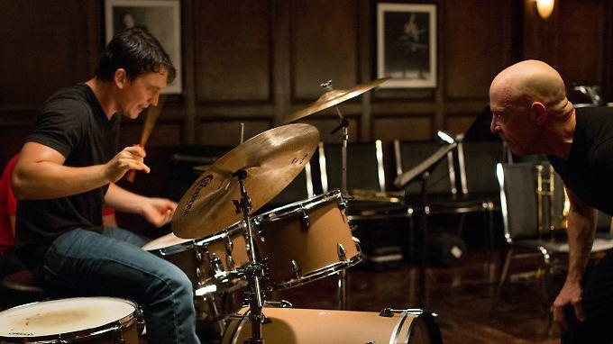 """""""Whiplash"""": Das Schlagzeugspiel von Andrew (Miles Teller) wird argwöhnisch von seinem Lehrer Fletcher (J.K. Simmons) betrachtet."""