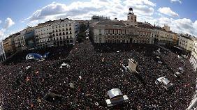 Die Menschen demonstrieren gegen den Sparkurs der Regierung.