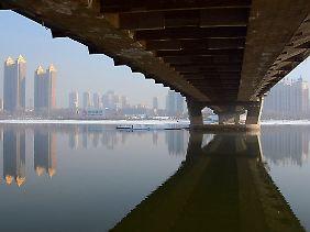 Blick über den Fluss Songhua auf die Stadt Jilin.