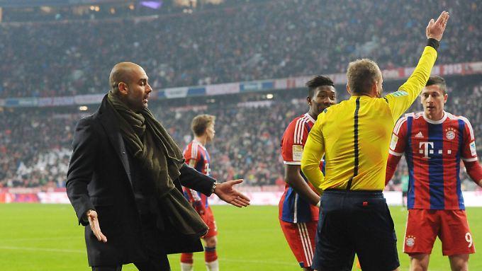 Katalanischer Vulkan: Bayern-Coach Pep Guardiola im Dialog mit den Schiedsrichtern.