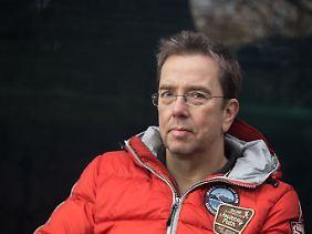 Dr. Mario Ludwig ist Diplom-Biologe und hat bereits zahlreiche Sachbücher zu tierischen Themen verfasst.