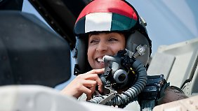 Mariam al-Mansuri ist Kampfpilotin für die Vereinigten Arabischen Emirate. Ihr Name taucht nun in arabischen Medien auf, weil sie ihren jordanischen Kollegen zum Sinkflug aufgefordert haben soll.
