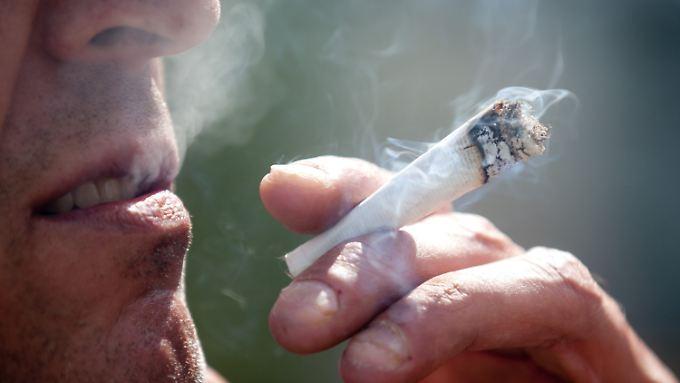 Vor allem das Suchtpotenzial ist bei Cannabis sehr gefährlich, meinen Experten.