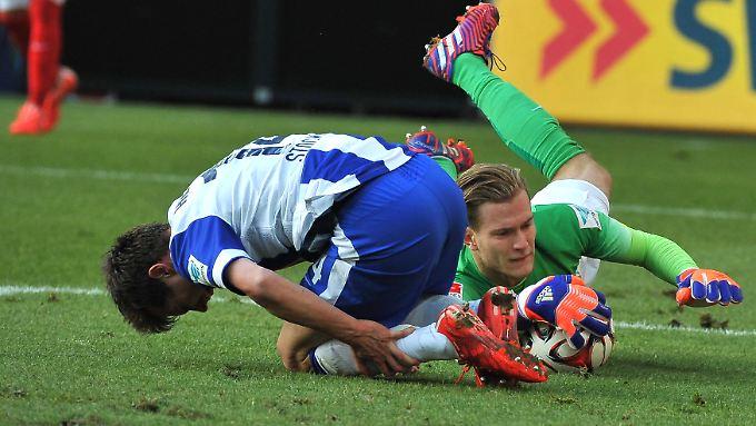 Zu spät: Der Mainzer Torhüter Loris Karius hat zwar den Ball. Aber eben auch vorher den Berliner Valentin Stocker gefoult.