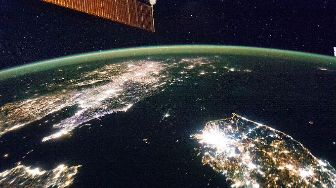 Die dunkle Fläche ist Nordkorea - das Foto wurde von der Nasa veröffentlicht.