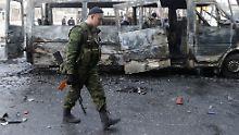 Dieser Bus wurde nach einem Angriff in Donezk vollständig zerstört.