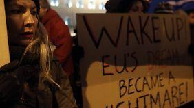 Vor dem Parlamentsgebäude in Athen sammeln sich Tausende, um gegen die Sparpolitik zu demonstrieren.