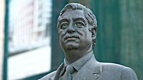 An der Stelle, wo der Bombenkrater war, steht heute eine Statue von Rafik al-Hariri.