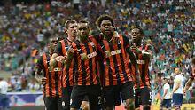 Besser als Messi, irgendwie: Luiz Adriano, vorne rechts.